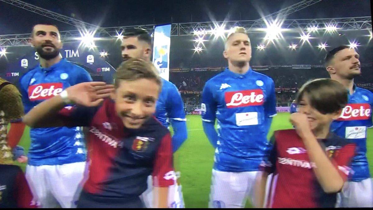 """""""Come dici mamma? Non ti sento..."""" #Marassi #Mourinho #GenoaNapoli https://t.co/jXcJIF2CXC"""