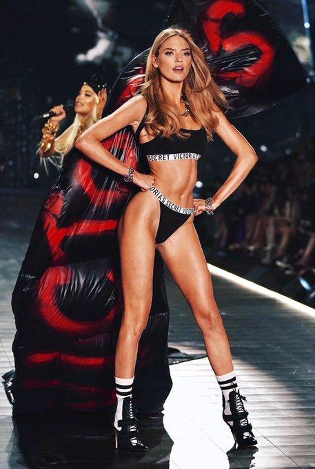 Victoria's Secret Fashion Show  DrqtIzyUwAEkn0z