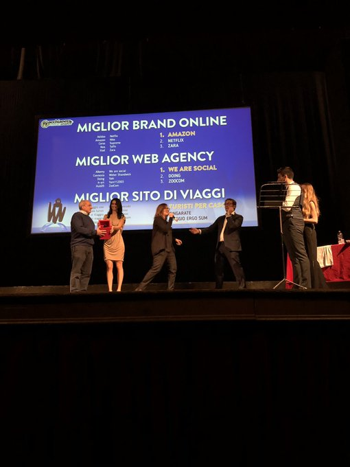 """È la volta della premiazione delle categorie """"Miglior Brand Online"""", Amazon 🥇, """" Miglior Web Agency, @wearesocial 🥇""""Miglior Sito di Viaggi"""", Turisti per caso 🥇. #FDR18 #MIA18 Foto"""