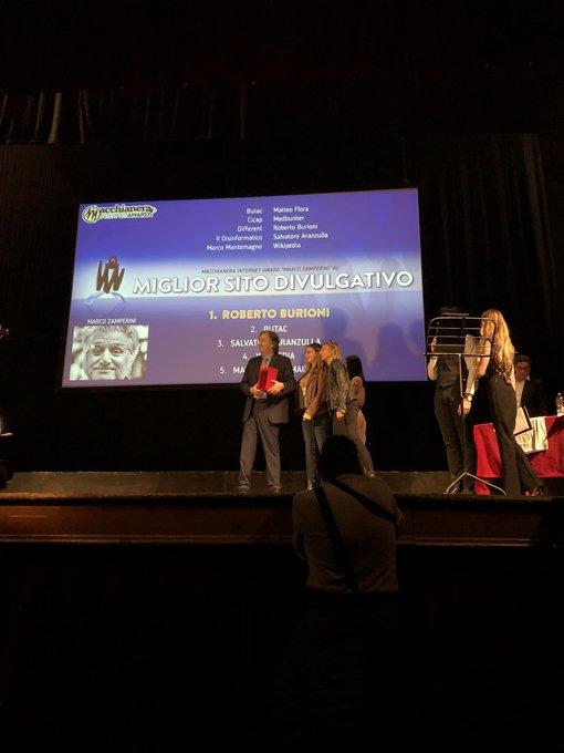 """.@RobertoBurioni si aggiudica il primo premio 🥇 della categoria """"Miglior Sito Divulgativo"""" dei #MIA18. #FDR18 Foto"""