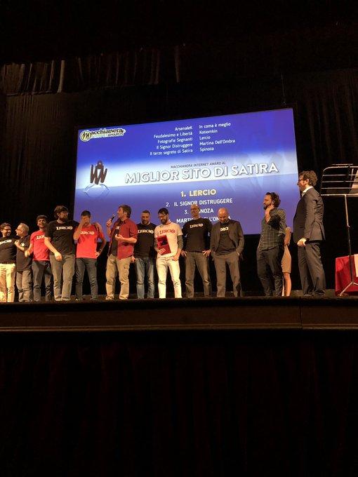 """Tantissimi applausi per @LercioIt che si aggiudica il premio come """"Miglior Sito di Satira"""". 🥇#FDR18 #MIA18 Foto"""