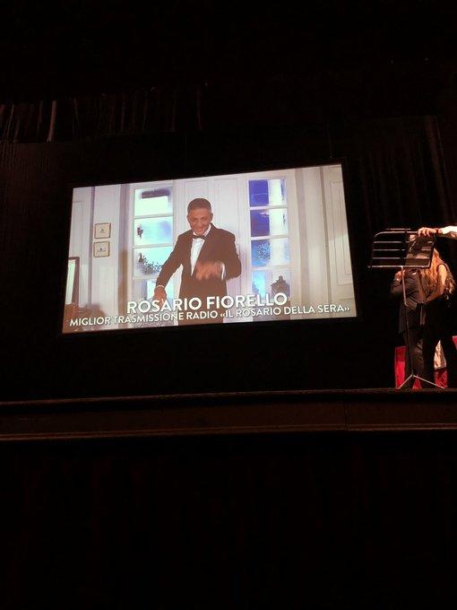 """Rosario Fiorello si aggiudica il premio """"Miglior Trasmissione Radio, con la sua: Il Rosario della Sera"""". 🏅#FDR18 #MIA18 Foto"""