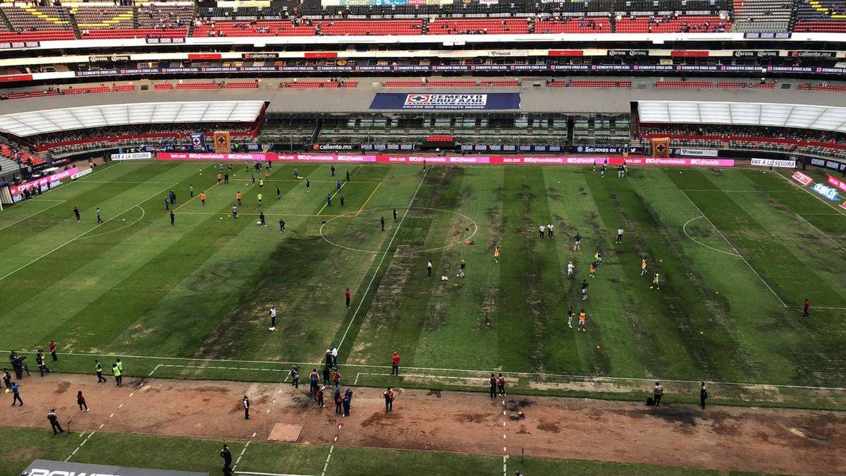 La cancha del Estadio Azteca estuvo en pésimas condiciones
