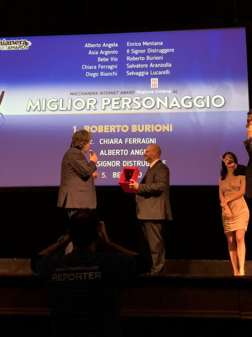 """Ancora @RobertoBurioni ad essere premiato qui ai #MIA18. Il prestigioso premio come """"Miglior Personaggio"""" viene assegnato da @RegioneUmbria. #FDR18 Foto"""