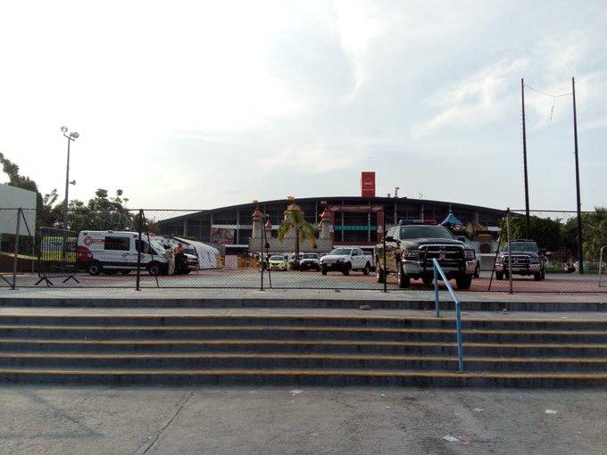 Un grupo de personas migrantes que ya ingresaron al albergue instalado en el Auditorio Benito Juárez, se quejan porque las autoridades no los dejan a salir a comprar comida. Dicen que tienen hambre y adentro no les dan de comer. #CaravanaMigrante Foto