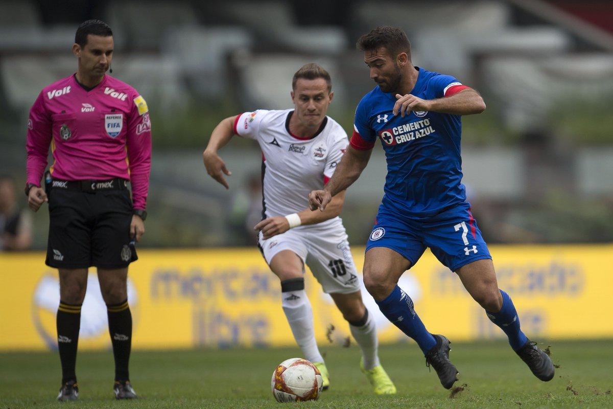 Abraham González y Martín Cauteruccio disputan el esférico
