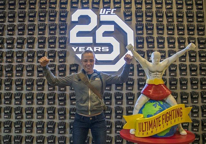 The champ is here! #UFCDenver #UFC25Years @RoseNamajunas Foto
