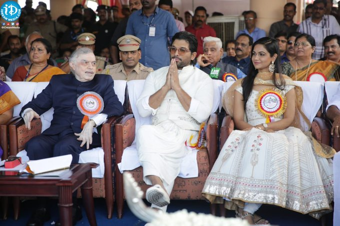 Stylish Star @alluarjun flagged off 66th Nehru trophy boat race in Kerala and Thanked KERALA Govt For Inviting Him as Guest of Honour to Flag off the Prestigious NEHRU Trophy Boat Race. You Deserve It Bunny.🤗❤ #MalluArjun ❤😍 #AlluArjunAsGuestOfHonorAtNTBR Photo