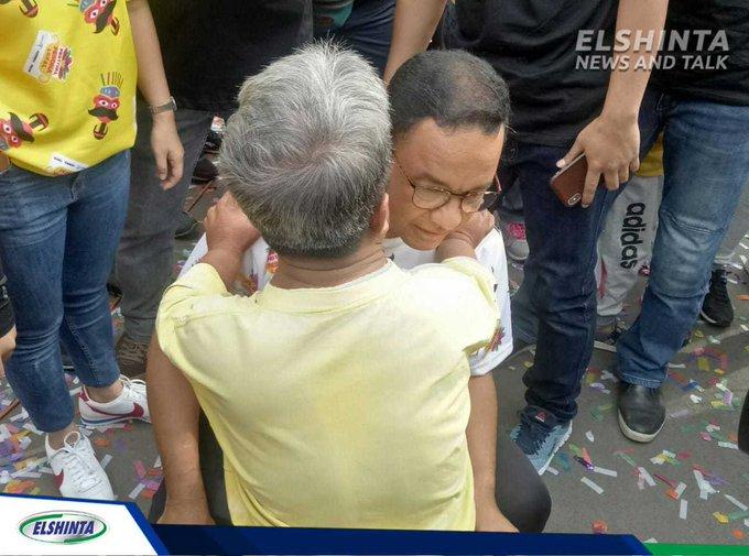 Gubernur DKI Jakarta Anies Rasyid Baswedan mendengarkan keluhan dari salah satu Warga DKI Jakarta tentang permasalahan kota. (Ach) #ElshintaWeekend Photo