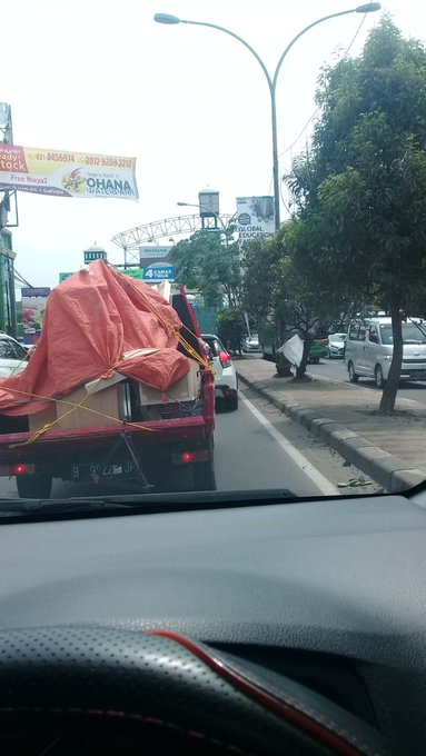 : Lalu lintas di Jln Alternatip Cibubur macet di ke dua arah. | (P. Narto) #ElshintaWeekend Photo