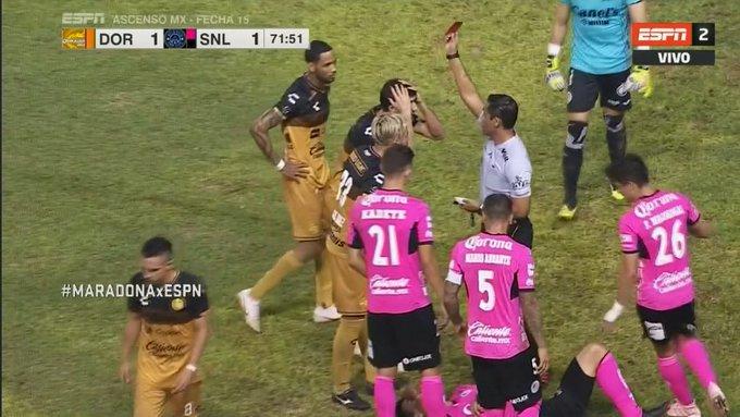 #MARADONAxESPN Jorge Córdoba vio la roja en Dorados frente a San Luis y está viendo lo que resta del partido detrás de unas rejas en un sector del estadio. ¡Seguilo en vivo por ESPN 2! Foto