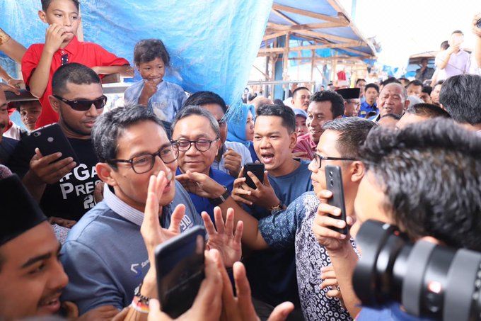 PAN dan @sandiuno fokus pada perbaikan ekonomi rakyat Kami percaya yg rakyat tunggu adalah solusi agar hidup lebih baik & sejahtera. Bukan kampanye yg merendahkan & penuh kebencian Bersama @sandiuno menyapa pedagang Pasar Tanjungpura Langkat, Sumatera Utara #PASPilihPAN Photo