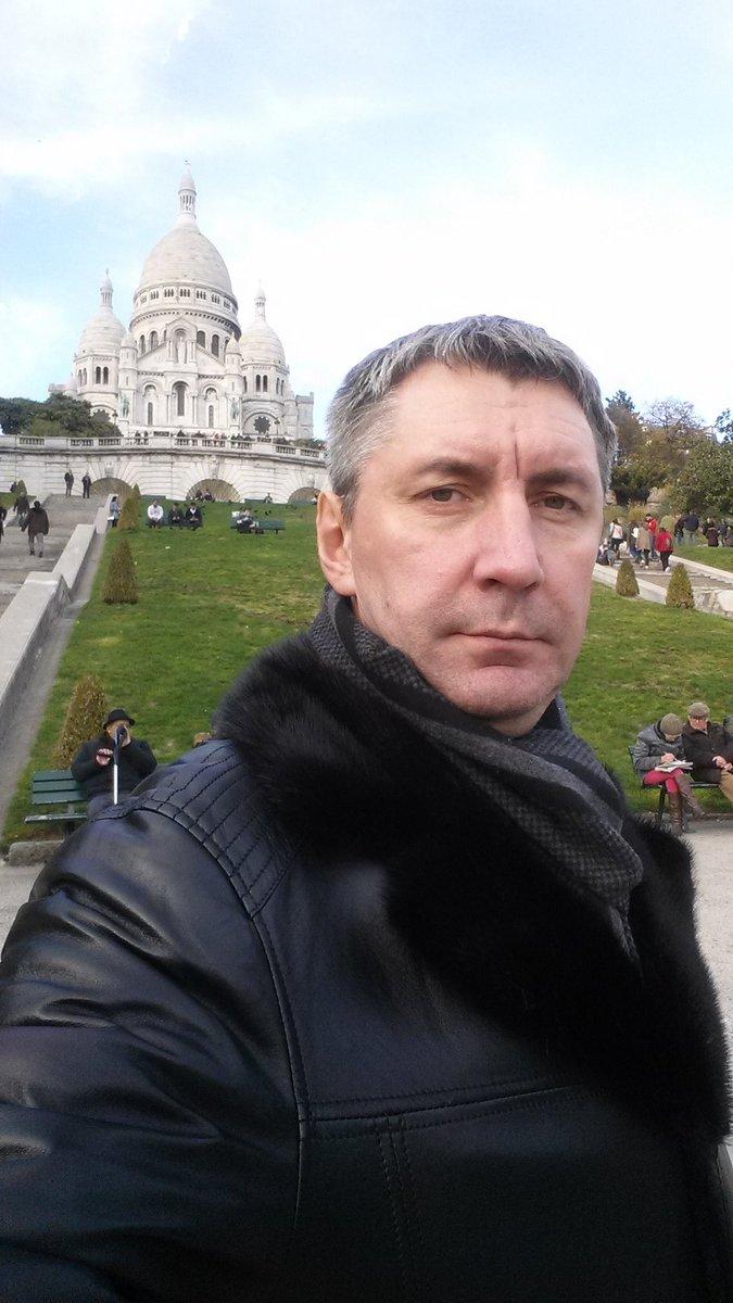 Привет всем из Парижа! С вершины Монмартра от известной Базилики Сакре-Кер (буквально базилика Святого Сердца, т.е. Сердца Христова).