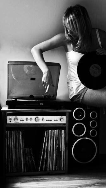 #ScrivoDiMusica A volte nella musica si trovano le risposte che cerchi, quasi senza cercarle. E anche se non le trovi, almeno trovi quegli stessi sentimenti che stai provando. Qualcun altro li ha provati. Non ti senti solo.🎶 -Alessandro D'Avenia - Foto