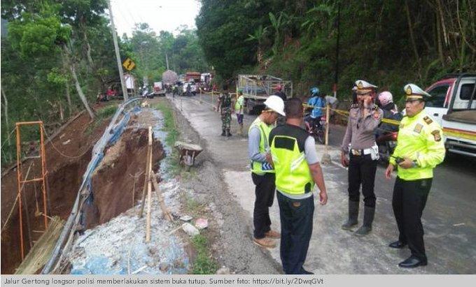 Polisi memberlakukan sistem buka tutup jalur nasional di kawasan Gentong, Kabupaten Tasikmalaya, Jawa Barat, Minggu (11/11), akibat terjadi longsoran tanah di sekitar jalur nasional itu. #ElshintaWeekend Photo