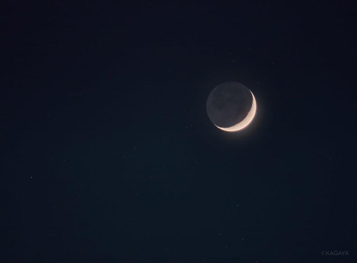 先ほど望遠レンズを使って撮影した細い月です。今夜の月は天の川の中にありましたので、まわりに星がたくさん写りました。