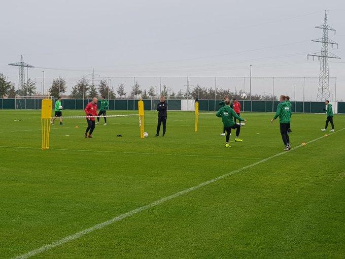 Nach der 1:2-Niederlage gegen die @tsghoffenheim wird in Augsburg bei Nieselregen wieder trainiert: Fußball-Tennis zum Regenerieren. #tsgfca Foto