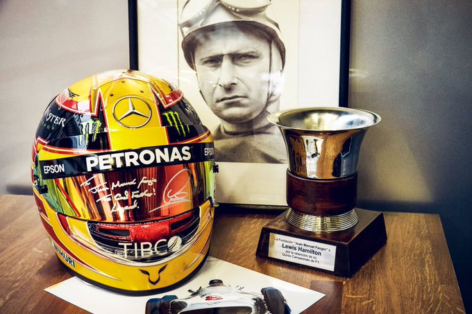 'To Juan Manuel Fangio. The Godfather.' ✍️ @LewisHamilton's helmet will now join Fangio and Ayrton Senna's on display the Fangio Museum in Argentina 👊 #BrazilGP 🇧🇷 #F1 Foto
