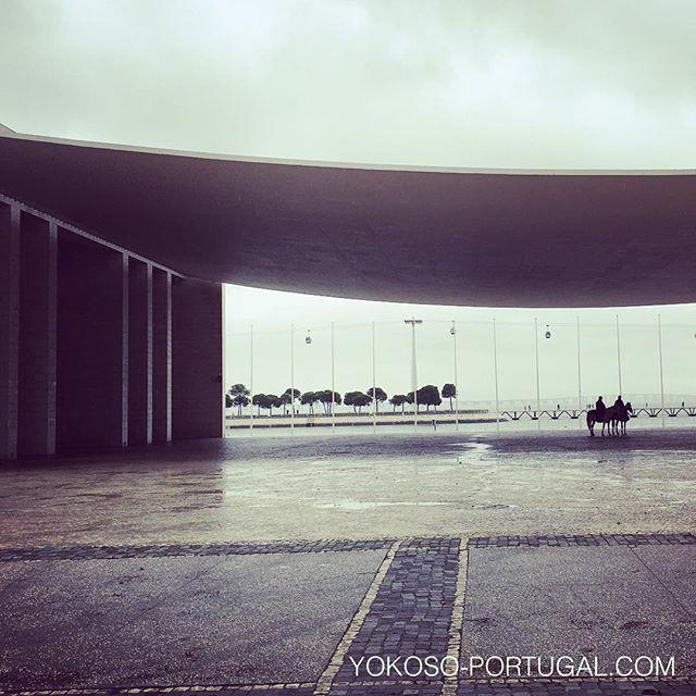 test ツイッターメディア - シザ設計のポルトガル・パビリオンの下で雨宿りする馬に乗った警察官。 #リスボン #ポルトガル https://t.co/OXvoc7uVD0