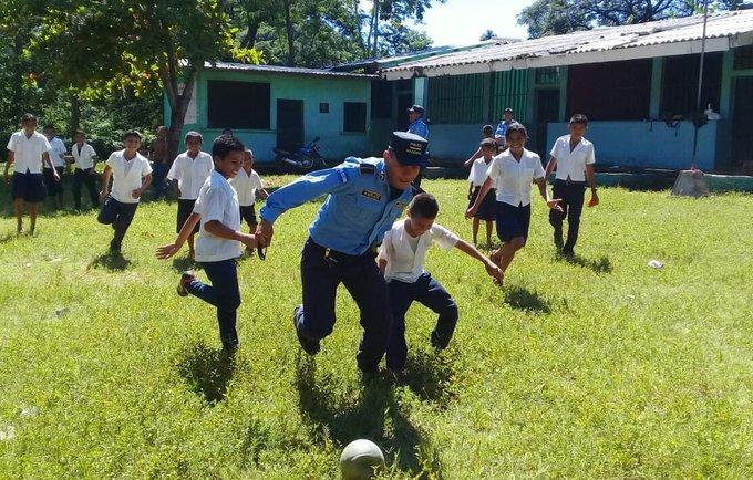 Y no podía faltar el domingo de fútbol junto con ellos #YoProtejoLaNiñez #FelízDomingo Foto