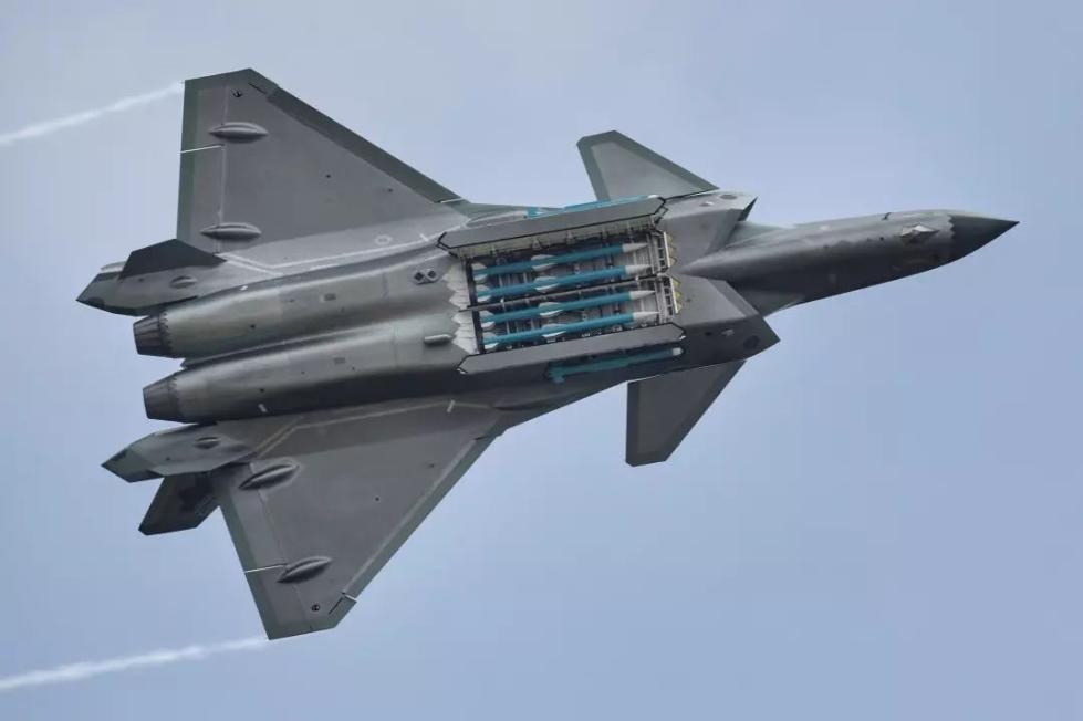 مقاتله J-20 الشبحيه تعاني من مشكله : هي لاتحمل مدفعا رشاشا !!! DrxGG3TU0AAVh8x