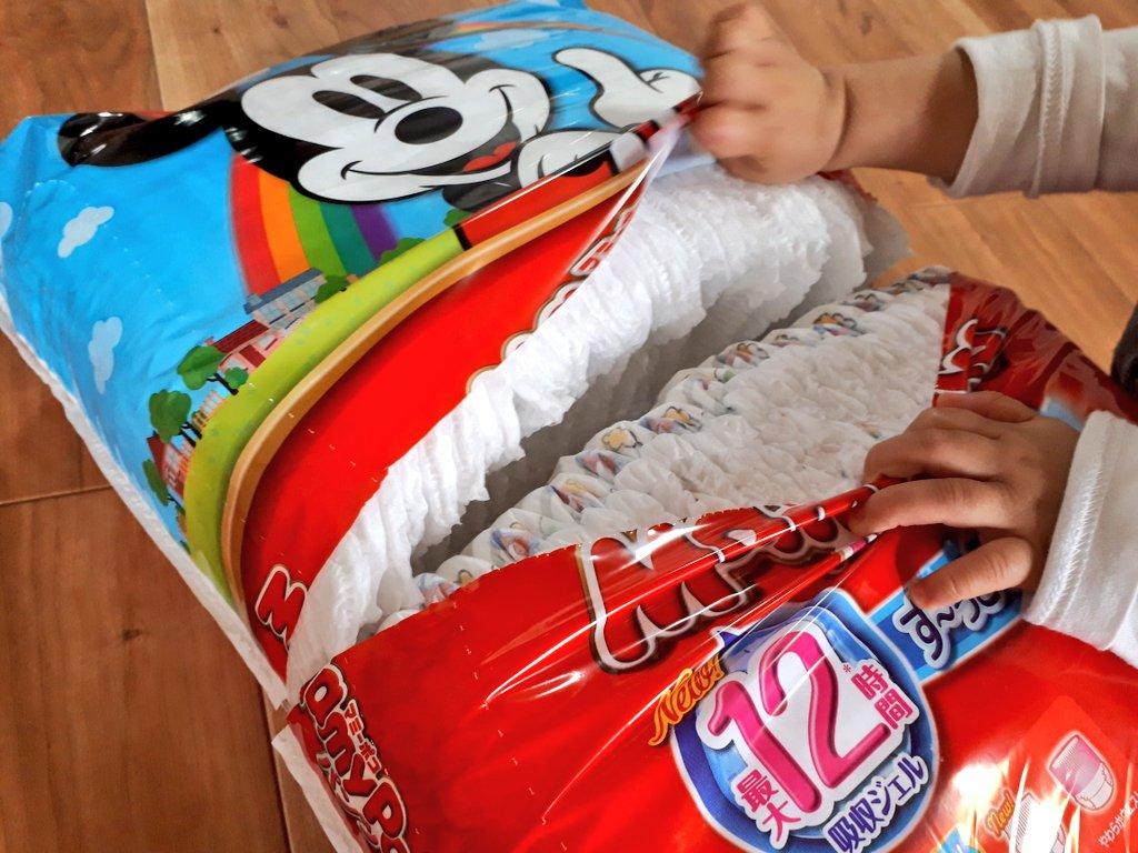 おむつの袋を真ん中から切ると、保存も取り出しも便利っていうの、もっと広まっていいと思う。私は妊娠中に知って、ずっとこの切り方だよ。