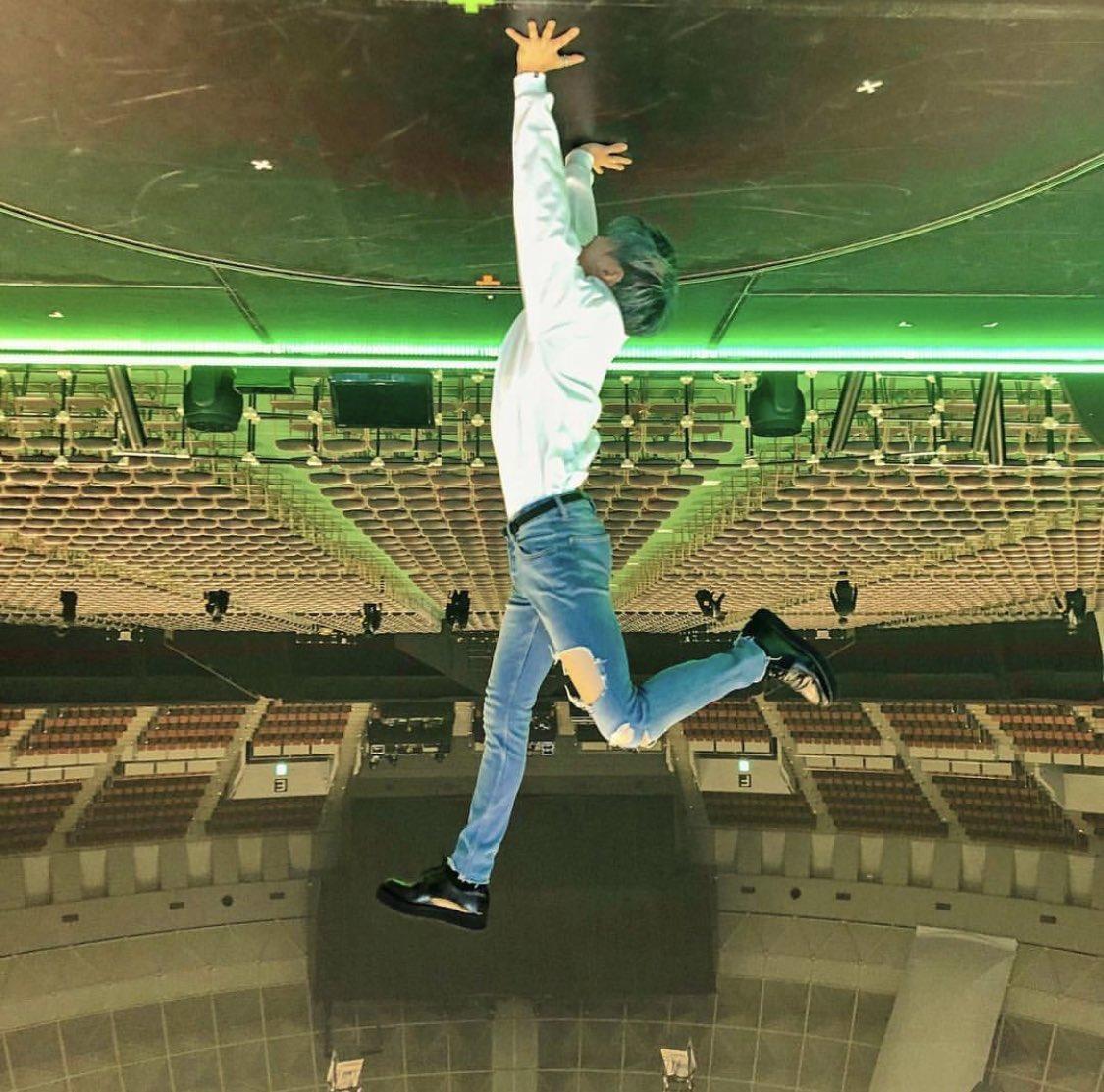 無重力空間を自ら表現🤣🤣🤣👏👏💯  181112 shinee_jp_official IG: 神戸公演、ありがとうございました!最後の東京公演もよろしくおねがいします!! #テミン #TAEMIN #SIRIUS #写真の向きはテミンからのリクエスト http://instagram.com/p/BqEToGlFSN_/…