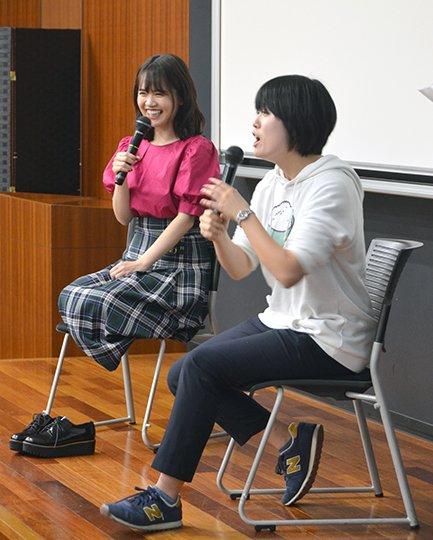 早稲田祭2018に参加した「ゆうこす」こと菅本裕子さん@yukos_kawaii。気遣いあふれるゆうこすさんは、後のお客さんにも見えるようにと、丁寧に正座してのトークショーとなりました。#早稲田祭2018 #ワセロス  ゆうこす「自己演出とは・・・ポジティブになるもの!」 https://www.waseda.jp/inst/weekly/feature/2018/11/12/53825/… …