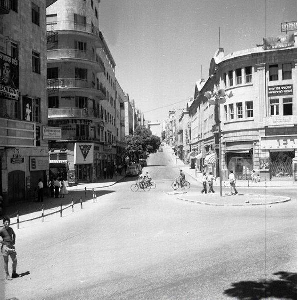Empezamos este #BuenLunes mirando una foto de la Biblioteca Nacional de #Israel que tiene casi 60 años 😮 ¿Sabés dónde es? Foto