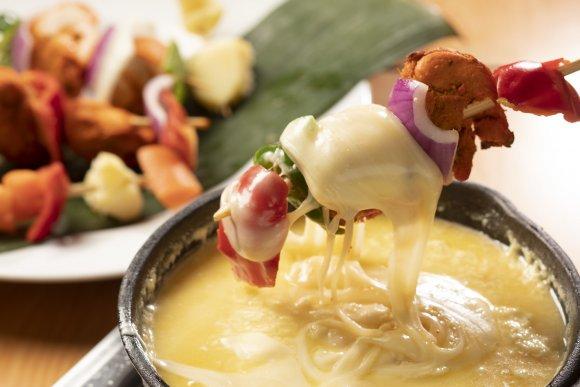 西新宿の一軒家ダイニング『ミールス』のチーズフォンデュコースが忘年会にぴったり~!チーズフォンデュ、バターチキンカレードリア、チーズナンなど6品に、飲み放題付きで3500円!ラッシーやチャイも飲み放題対象だし、パクチーボウルはおかわり自由!⇒ #メシコレ #PR
