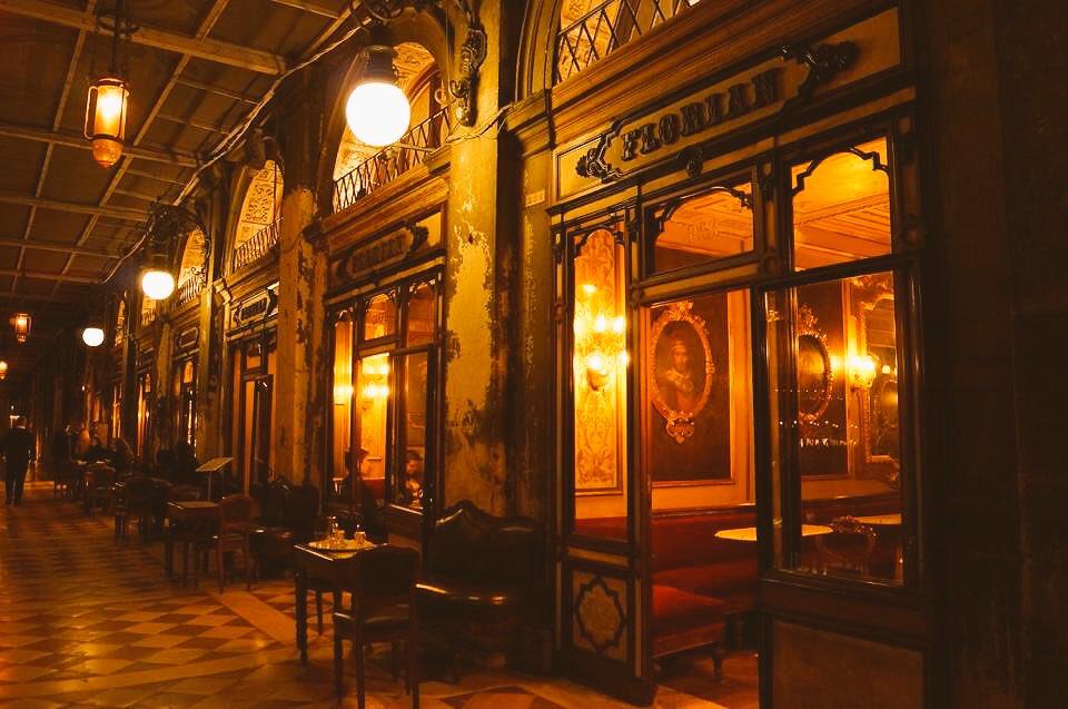 ヴェネチアに行く女の子に絶対にオススメしてる場所。カフェフローリアン ・世界で最も美しい広場と称されるサンマルコ広場にある ・世界最古のカフェ ・カフェラテ発祥のカフェ ・テラス席でピアノの生演奏 ・当時からほぼ変えられてない中世ヨーロッパの内装 値段は高いけど最高の雰囲気を味わえる