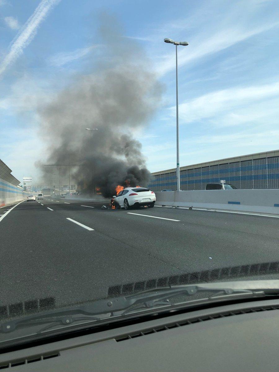 阪神高速3号神戸線でポルシェの車両火災の現場画像