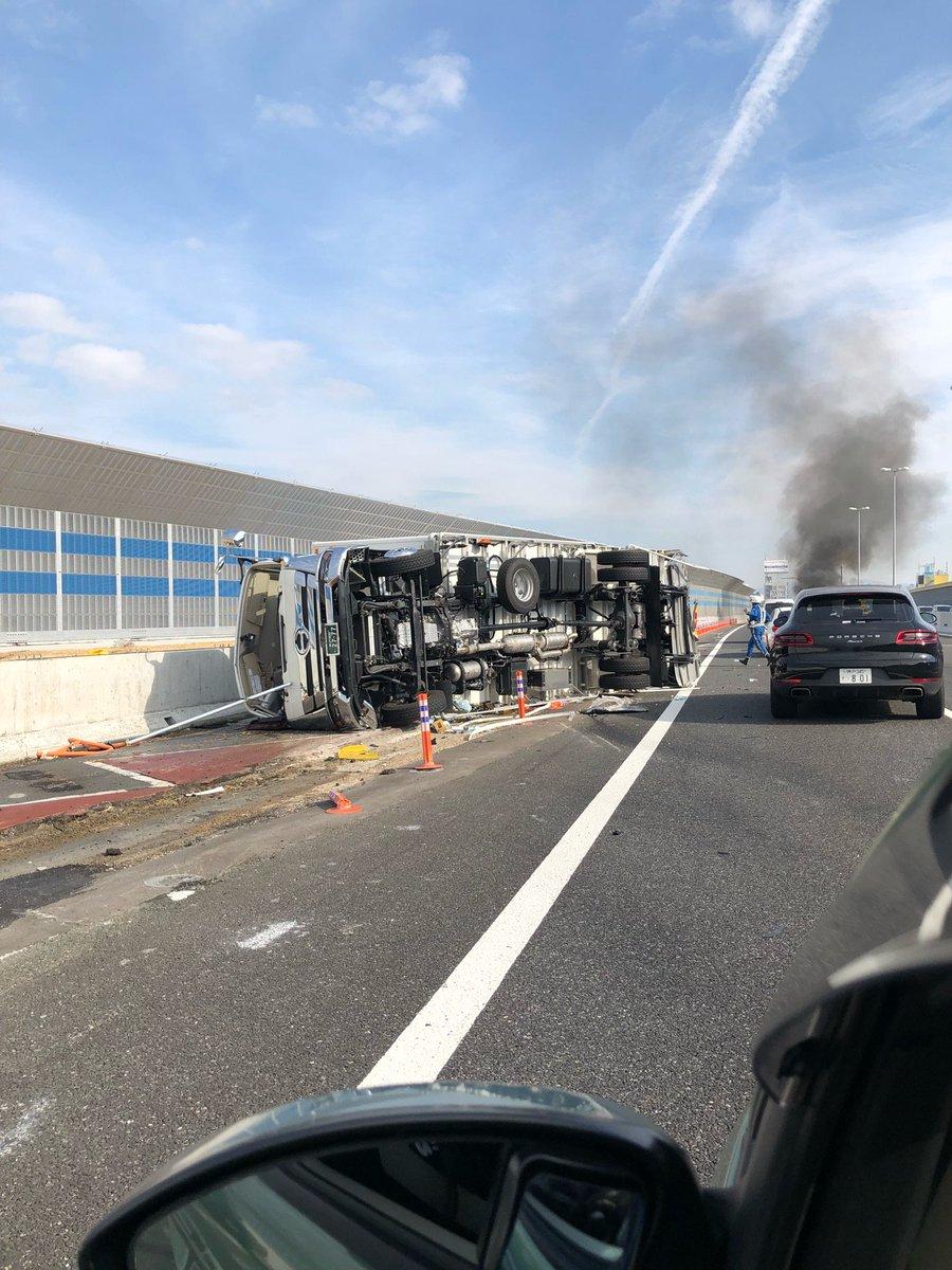 阪神高速の尼崎東付近で大型トラックとポルシェの接触事故の現場画像