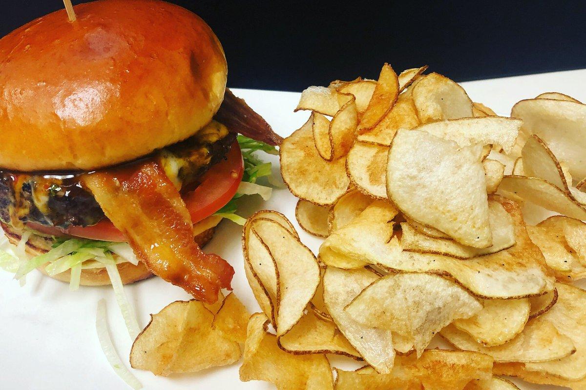 Late night snack...😆🍔🤙🏼😁 #latenightsnack #hamburger #cheeseburger #bacon #chips  #foodporn #foodphotography https://t.co/IfjODKZ4fD
