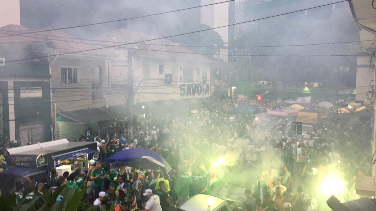 E a festa da #FamíliaPalmeiras está rolando solta na rua Palestra Italia! Acompanhe AO VIVO pelo Facebook (https://t.co/493al0ERAW) e TV Palmeiras/FAM (https://t.co/QTLV33JMwb)!  #MA10RDOBRASIL #PalmeirasDecacampeão