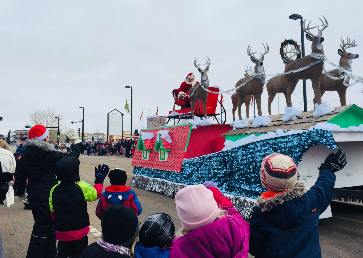 Santa Claus has arrived in #fortsask. Plenty of young families and festive people at this year's @FtSaskChamber Santa Claus parade 🎄🎅☃️ Look for more photos in this week's @FortSaskRecord