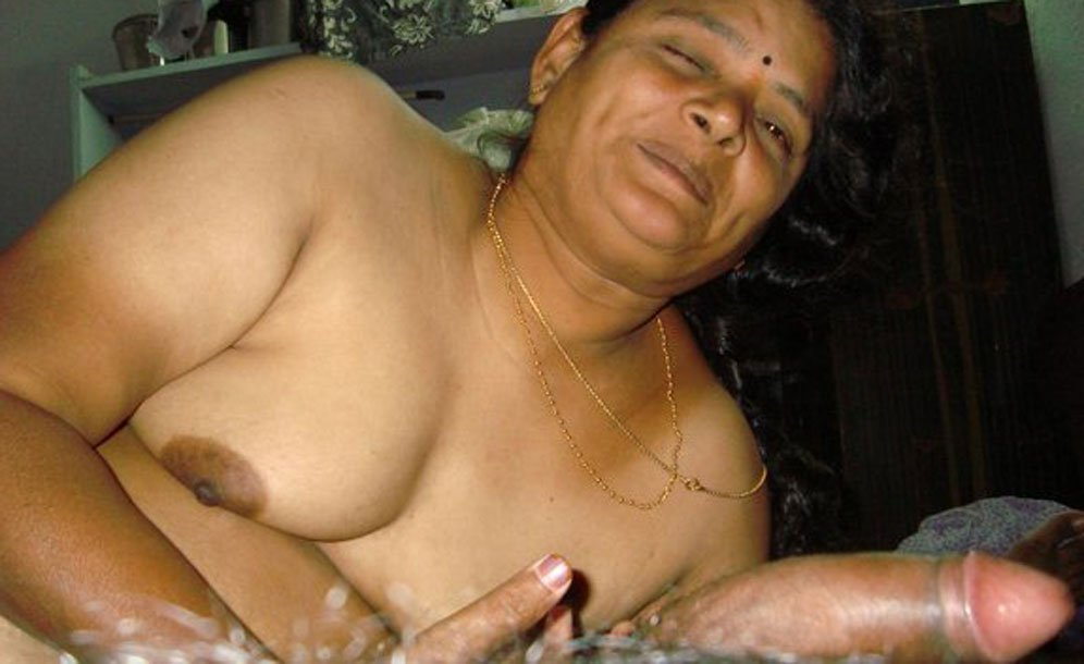 Middle age aunt in chudi showing her naked body