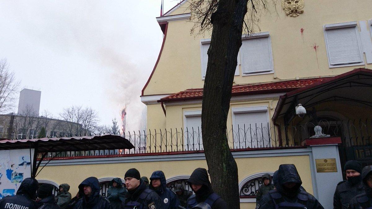 Националисты закидали яйцами генконсульство России в Харькове