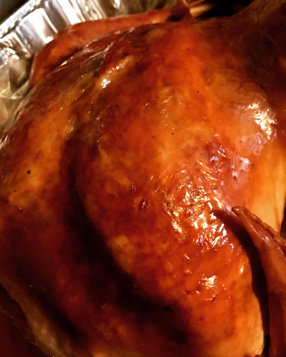 The turkey turned out beautifully! #turkey #gobblegobble #thanksgiving #food #foodporn #foodie #yummy #delicious https://t.co/cYciJwc2EB