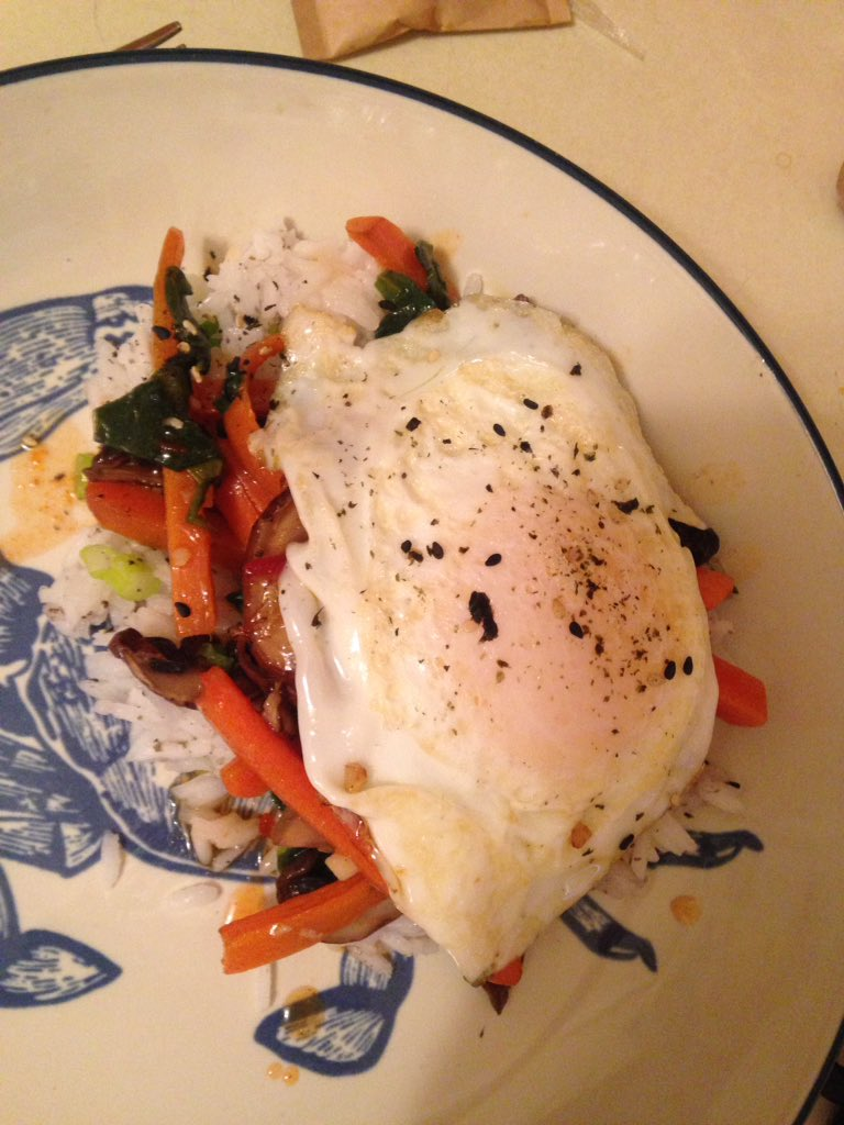 BIBIMBAP Yup. First time fried egg on veggies and rice. I will use Sesame Oil more!! Try. #dinner https://t.co/Y3uLqfmosF