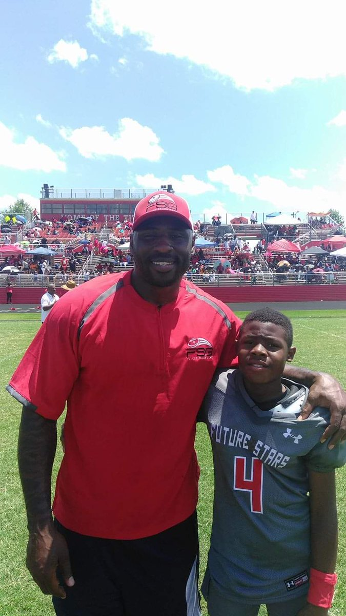 Learning from one of the best Coach Brandon Jacobs (NY Giants) @PlayBookAthlete @Youth1Football @Prep1USA @AlPopsUSAFB @coachPrisant @RecruitGeorgia @GACAFootball @TheBigGuyWJCL <br>http://pic.twitter.com/HIk7sw8ocB