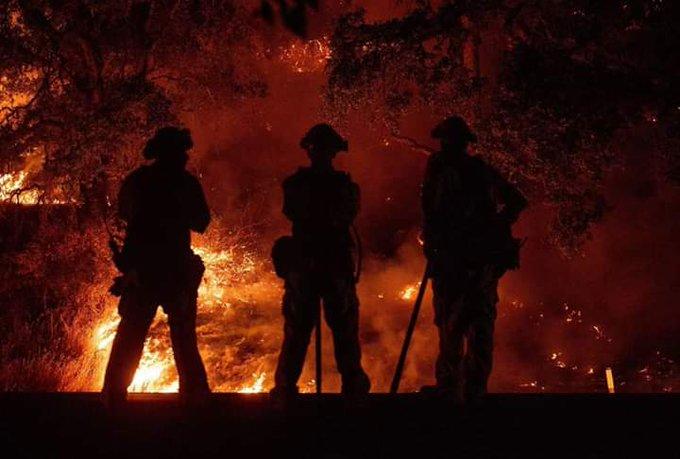 Cuando todos deciden nombre de todos esos valientes combatientes del fuego, ésta foto de Bomberos de California. RESPETO! Foto