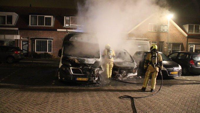 Autobrand aan de Braamstraat Monster is overgeslagen geweest naar een bedrijfsbus. Een derde auto beschadigd. https://t.co/qhdrxsPYdW