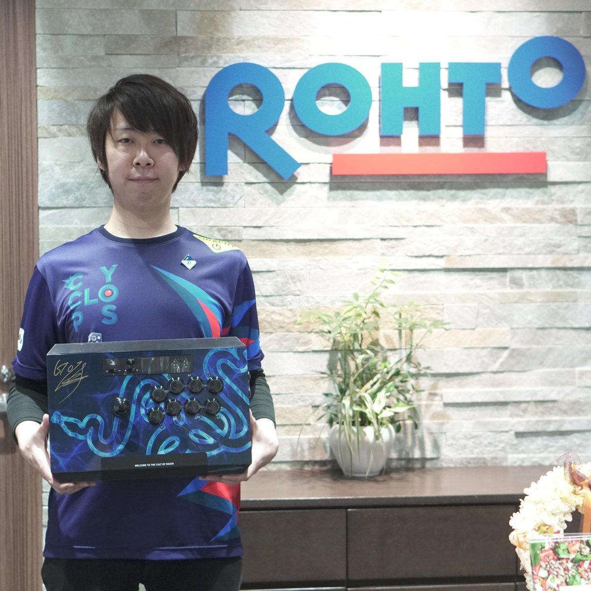 test ツイッターメディア - ロートジーが応援しているプロeスポーツプレイヤーのGO1選手(@GO13151 )がロートオフィスに来訪!皆さんへのプレゼントとしてサイン入りコントローラーとTシャツを頂きました!1名限定です! 応募は @eyecare_cp をフォロー&この投稿をRT(11月30日締切)♪ GO1選手、今後のご活躍も応援しています https://t.co/1x9FPTNzYw