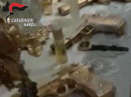 Napoli, bomboniere e confetti a forma di pistola e proiettili dorati, per la prima comunione di un nipote, sono stati trovati dai Carabinieri della compagnia Stella in casa di una delle tre persone arrestate con l'accusa di spaccio→https://t.co/TeN9Zknyky
