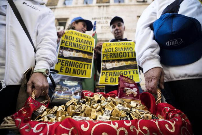 #Pernigotti, lavoratori in presidio regalano cioccolatini . .        #italia#madeinitaly#chocolate#cremino#italyhttps://t.co/murhmjiJR9