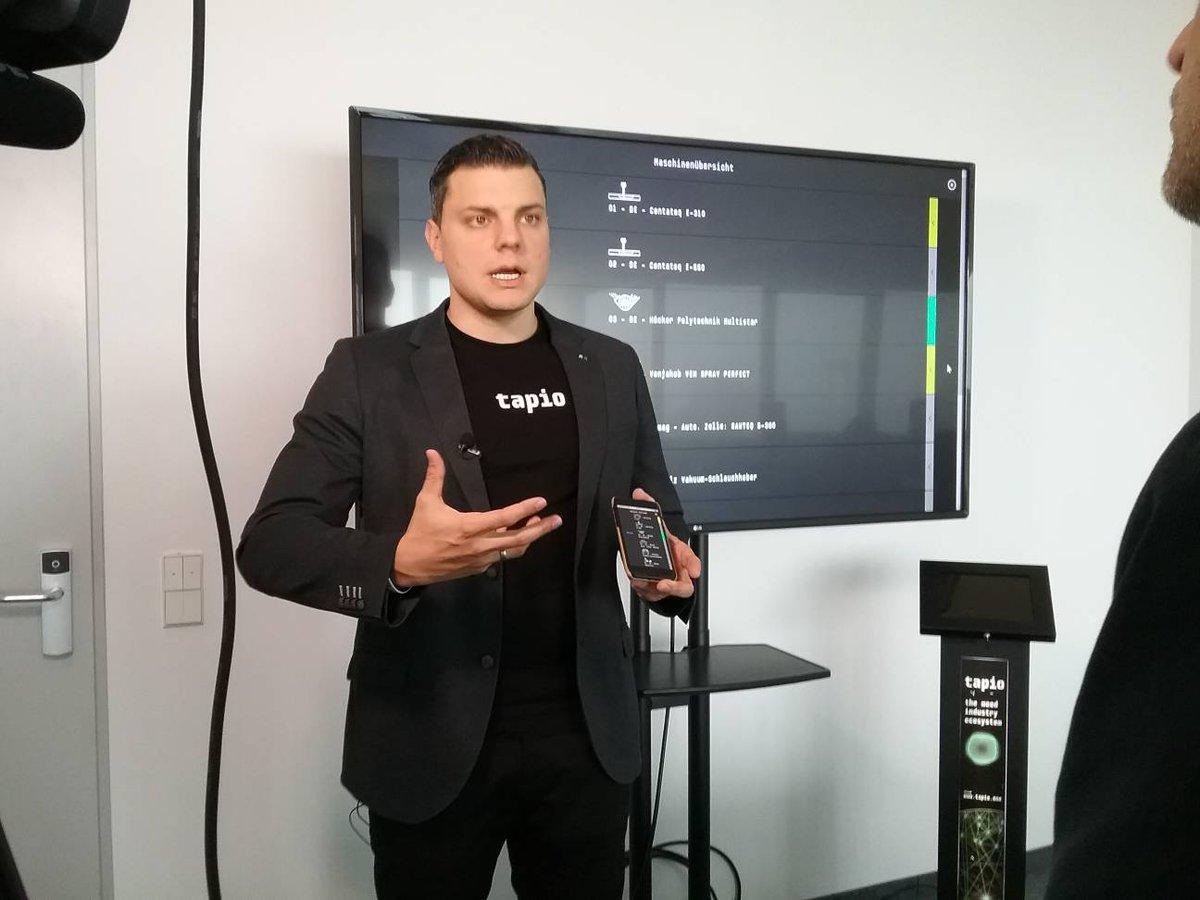 Julian Spöcker von #tapio erläutert die Funktionen des #MachineBoards, was das Monitoring verschiedener Maschinen zur #Holzverarbeitung unterschiedlicher Hersteller auf einer #IoT-Plattform ermöglicht. #SOE18 #vfv18 #IoT #IIoT #I40 #Holzindustrie