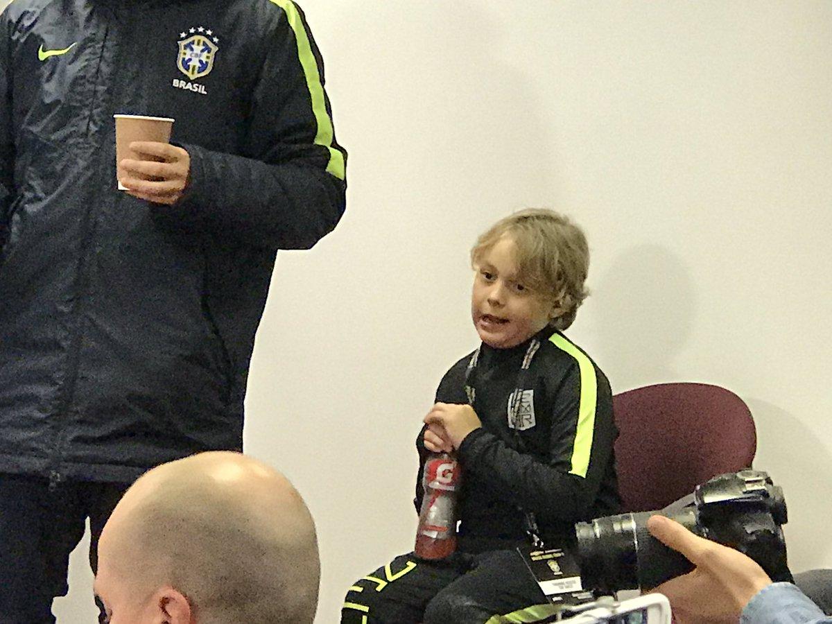 2ad5337986 Neymar trouxe o filho David Lucca para a entrevista coletiva de hoje.   trbrasil