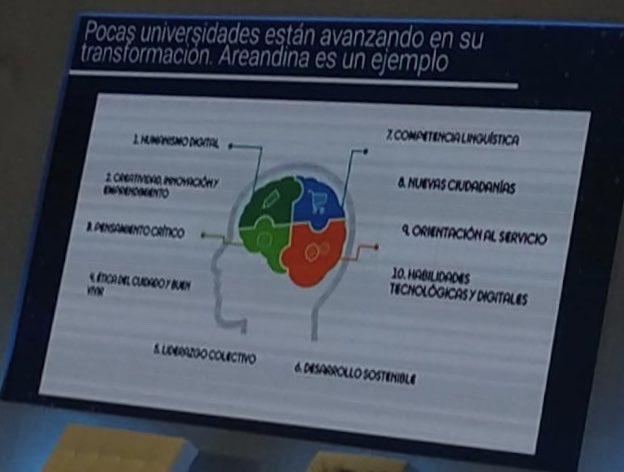 Felicidad total!! Este es nuestro #SelloAreandino! @diegomolanovega comparte los avances de @Areandina hacia la transformación digital en #ADNEmprendedor @ForosSemana en #Bogotá.
