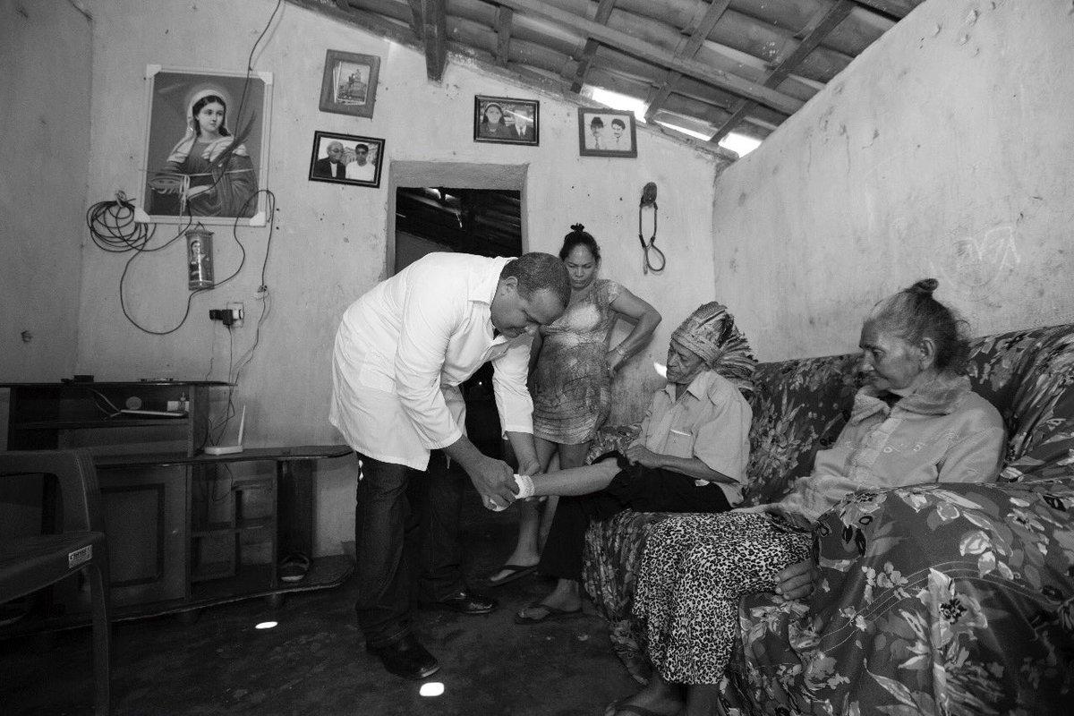O índio sendo tratado, uma senhora, uma mulher, a imagem da santa: todos olham o médico cubano.   Uma cena que mataram em nome da polarização e do antipetismo.  O médico saiu da cena e no seu vazio fica o povo à própria sorte.  Foro: Karina Zambrana.